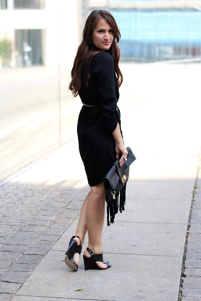 Das Kleine Schwarze im Alltag kombinieren, Schwarzes Kleid kombinieren, Bürolook mit schwarzem Kleid, Outfit für das Büro mit schwarzem Kleid, Fransenclutch, schwarze Sandalenwedges, Sandalen mit Keilabsatz, Chice Sandalen mit Keilabsatz, Justfab Kleidung