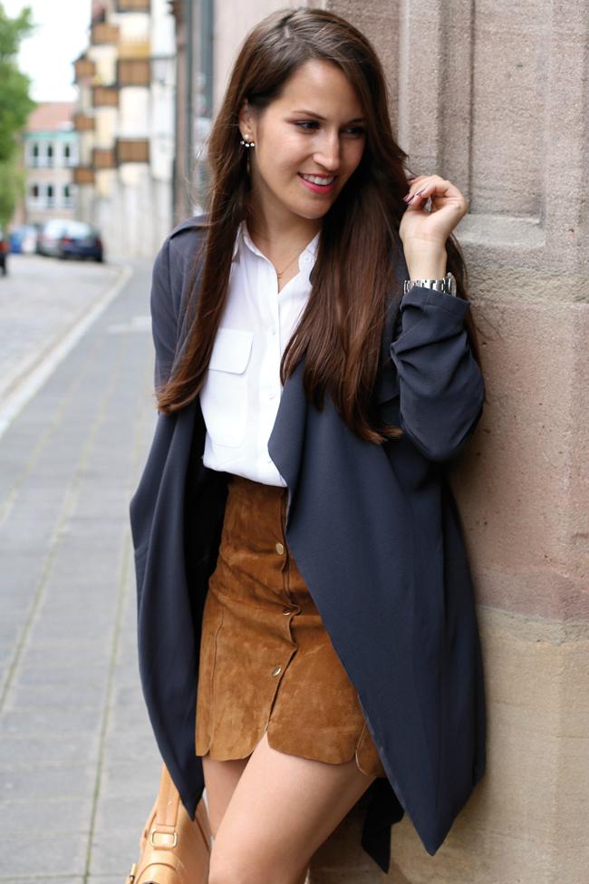 Wildlederrock mit Knopfleiste, silberne Schnürschuhe, blauer Trenchcoat, Herbstlook mit Rock, Fashionblog Nürnberg