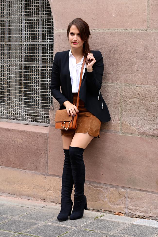 Wildlederrock mit Knopfleiste, silberne Schnürschuhe, blauer Trenchcoat, Chloe Faye Lookalike, Outfit mit Overknees, Wie Overknees tragen, Herbstlook mit Rock, Herbstlook mit Overknees, Moderner Look mit Blazer, Fashionblog Nürnberg