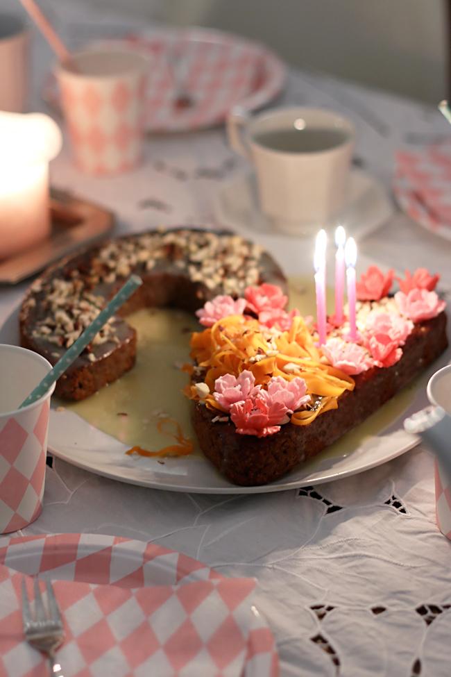 Geburtstagskuchen, Kuchen zum zweiten Geburtstag, Karottenkuchen mit Zuckerblüten