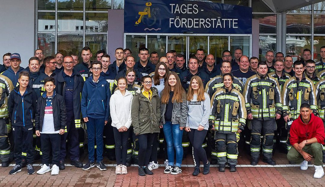 Mit Rollstuhl oder auf der Matratze durchs Treppenhaus – Feuerwehren üben gemeinsam in Wohnheim