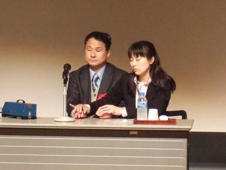 画像:福島智さん(左)と指点字通訳の方