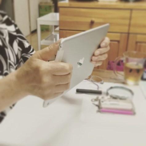 iPadを手に持つ受講生