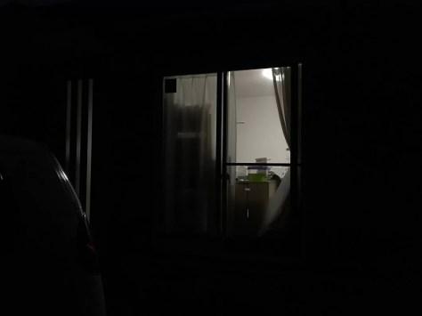 夜、屋外から屋内を撮影した写真