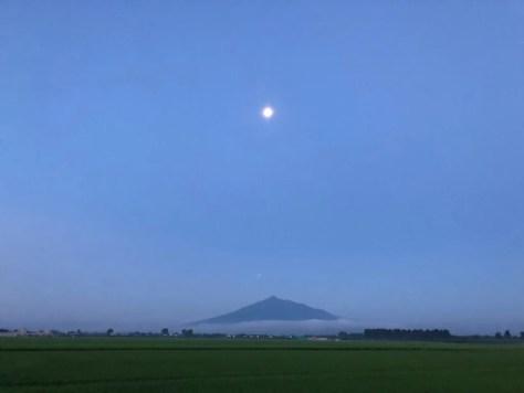 早朝の岩木山と月