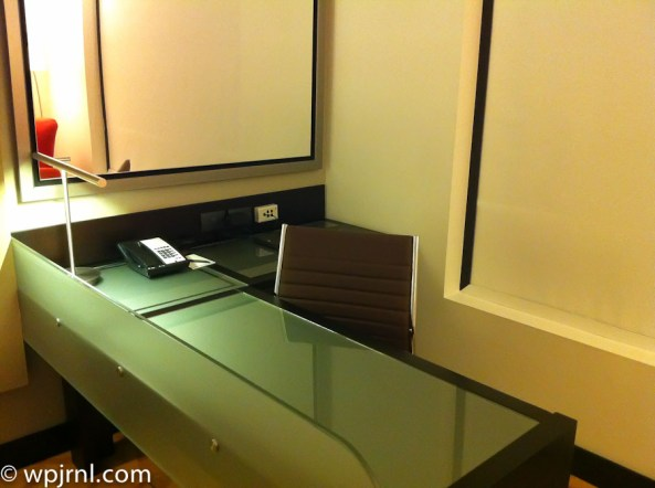 Hilton Bogota Executive Room - desk
