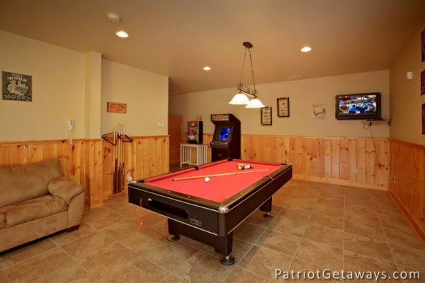 A red felt pool table at Taj Mahal, a Pigeon Forge cabin rental.