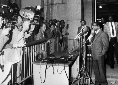 Patriotic Front leader Robert Mugabe (R) gives a press conference in Geneva, Switzerland, October 29, 1976. (AFP)