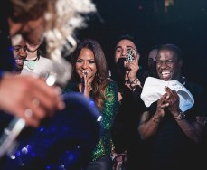 Beyonce tosses her towel at Kevin Hart