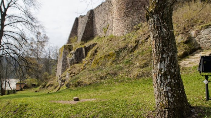 mury zamek pecka