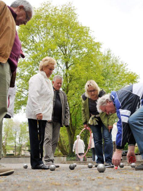 Zum Boule-Aktionstag hatten die DJK Altendortf 09 und der DJK-Landesverband in den Bockmühlenpark am 25. April 2015 in Essen-Altendorf eingeladen. Gut 35 Interessierte versuchten sich an dem Kugelsport, der vergleichbar mit Boccia ist, und hatten jede Menge Spaß. Foto: Biene Buss