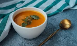 Zimowe curry wegetariańskie z kalafiorem, batatami i orzechami nerkowca