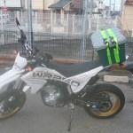 バイクのリアにホムセン箱や荷物の積み方。荷締めベルトの使い方など。