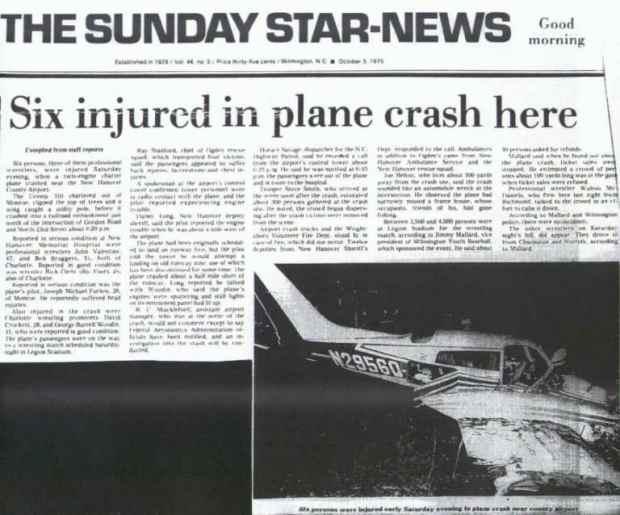 Recorte do jornal contendo a notícia do acidente, com uma foto da aeronave destruída.