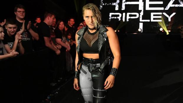 Rhea Ripley é uma das futuras campeãs mundiais da Luta Livre. Na imagem, ela está caminhando em direção ao ringue.