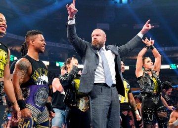 Triple H com o elenco do NXT durante um Smackdown