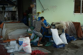 Preparing ice at the early moring market