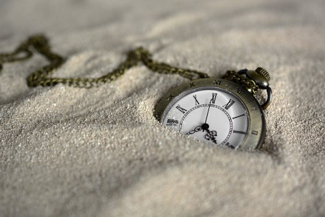 Image of watch in the sand (pixabay).