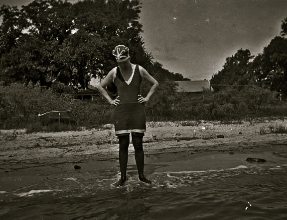 bessie-at-bay-st-louis-1914-alexander-allisonus-pd-pub-datecommons-wikimedia-org