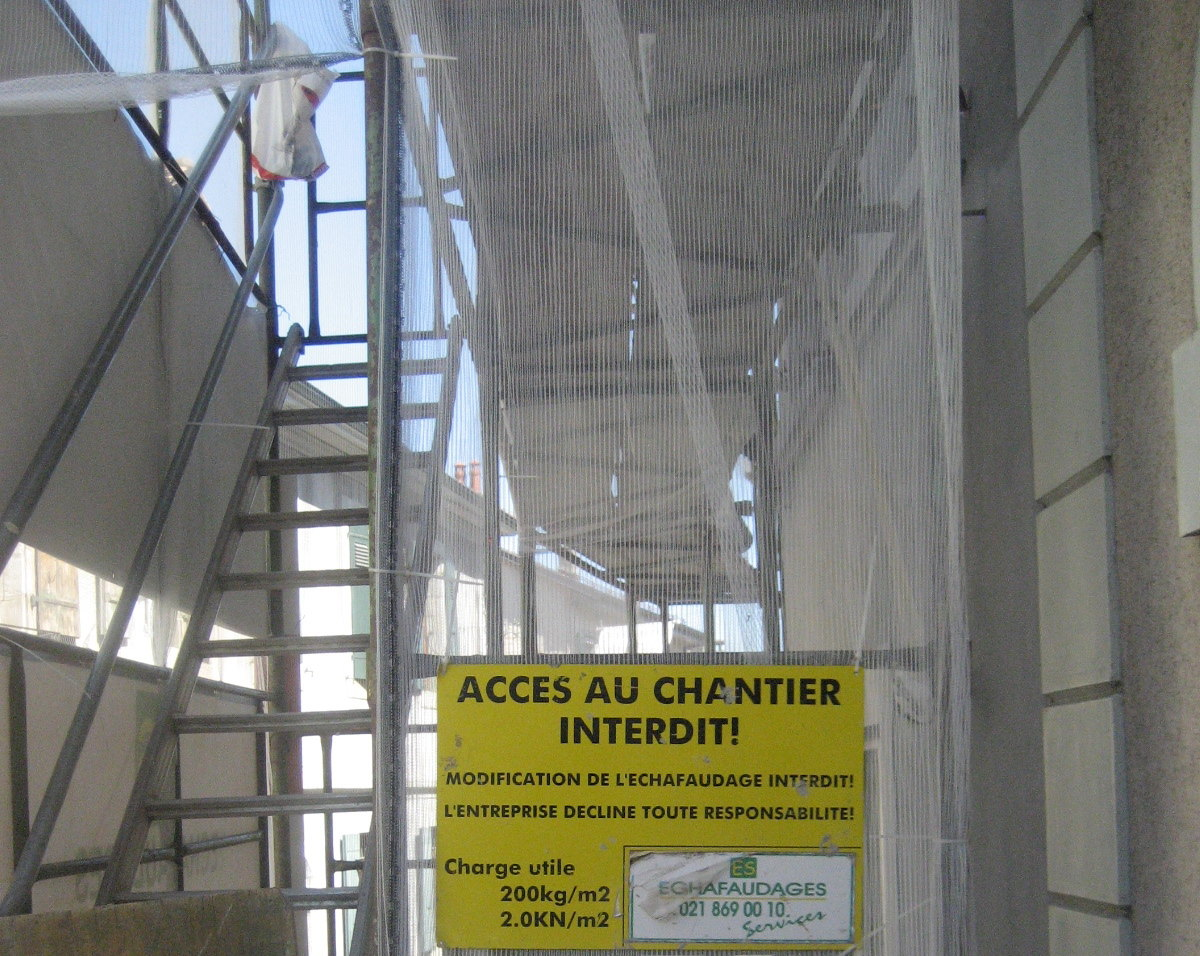 Building site, yellow notice: Access au chantier interdit!