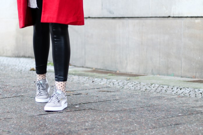 Lederleggings mit Sneakers