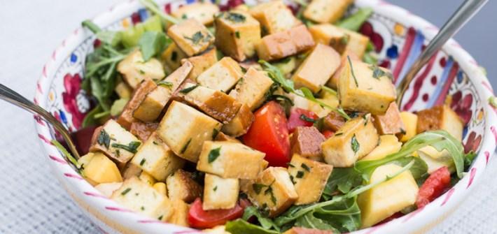 bunter sommersalat mit sellerie und tofu