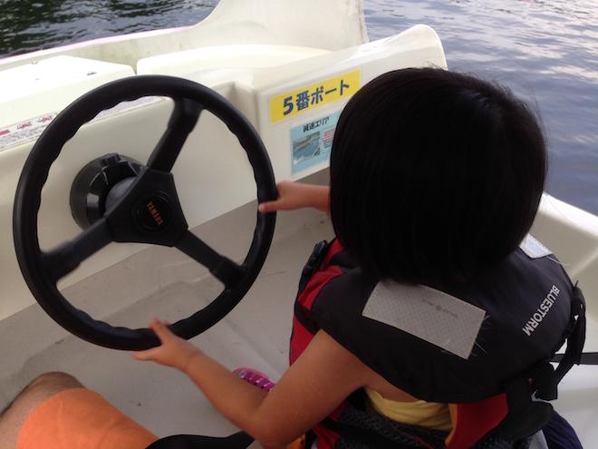 プレジャーボートを運転する娘