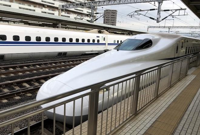 新幹線に乗って西へ