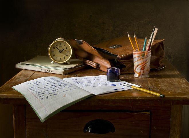 Escritorio con lápices y papel encima