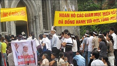 Biểu ngữ trước Nhà Thờ Lớn hồi tháng 5 ủng hộ Đức cha Ngô Quang Kiệt, người nay đã thôi chức Tổng Giám mục Hà Nội