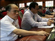 Ông Nguyễn Sinh Hùng (bìa trái) trong cuộc họp Quốc hội