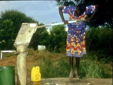 Mujer sacando agua en África