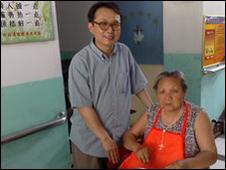 El padre John Zhang con anciana