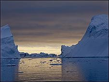 Icebergs en el Ártico frente a Groenlandia