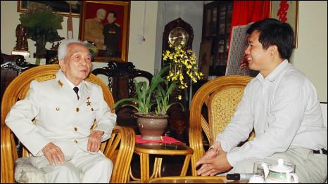 Tiến sỹ luật Cù Huy Hà Vũ và Đại tướng Võ Nguyên Giáp trong một lần gặp mặt