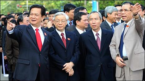 Ông Nguyễn Tấn Dũng, ông Nguyễn Phú Trọng, một quan chức và ông Nông Đức Mạnh