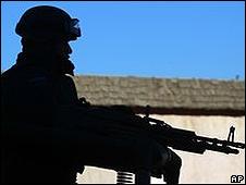 Silueta de soldado en población mexicana.