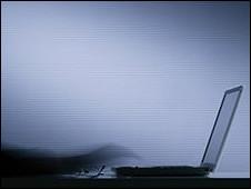 Alguien escribe en un teclado