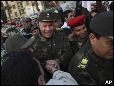 Ciudadanos saludan a militares