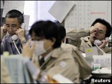 Funcionários dão informações por telefone sobre a situação na usina de Fukushima Daiichi