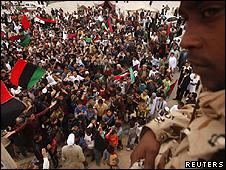 Militar em frente a manifestação de rebeldes na cidade de Tobruk, na Líbia (Reuters)