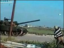 Người biểu tình ở Deraa ném đá vào xe tăng của quân đội Syria