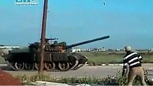 Una imagen capturada por un teléfono celular muestra un tanque en las calles de Daraa