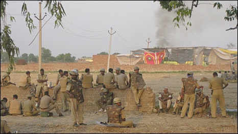 झड़प के बाद गाँव में लगी आग