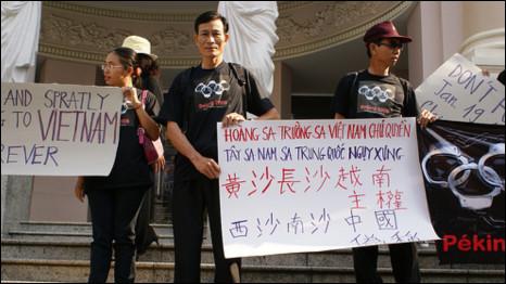 Ông Nguyễn Văn Hải (tức blogger Điếu Cày) (đứng giữa)