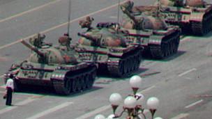 Một sinh viên trước mũi xe tăng trong sự kiện Thiên An Môn