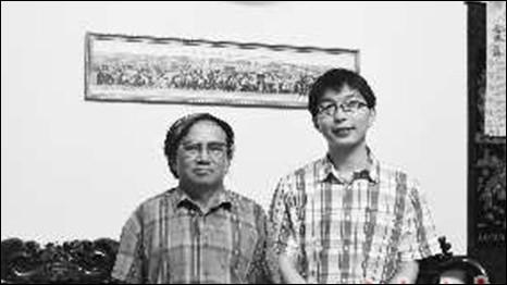 Ông Nguyễn Thế Sự (bên trái) và phóng viên Trung Quốc (ảnh trên mạng Phượng Hoàng)