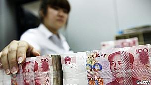 Mujer con billetes de Yuan