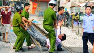 Công an khênh người biểu tình ở Hà Nội
