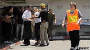 Pessoas aguardam notícias em frente ao hospital em Eilat.